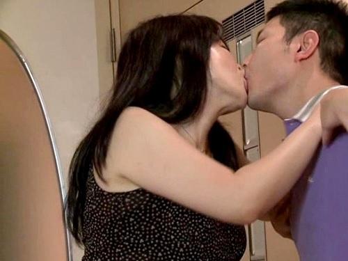 【ヘンリー・塚本】「抱いて!今すぐっ!」息子の同級生とNTR不倫セックスするスレンダー巨乳おっぱいの美魔女おばさん!