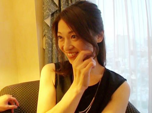 《四十路・人妻熟女》「んん♡いっぱいしたいの…♡」美人過ぎるおばさん初撮り!スレンダー美乳おっぱい美魔女がデビュー!