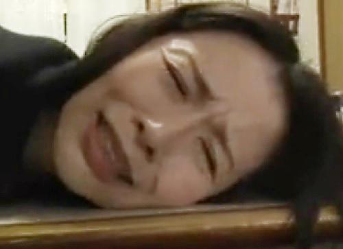 【ヘンリー・塚本】「いやっ!いやぁぁぁ!やめてぇぇ!」スレンダーな美熟女・人妻おばさんが息子にレイプされる!