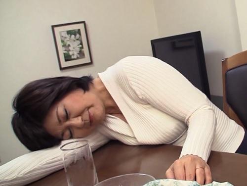 《五十路・人妻熟女》「もぉ飲めない…♡」泥酔したスレンダー巨乳おっぱい母を襲って閉経マンコに無許可膣内射精するヤバイやつww