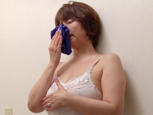 【五十路・人妻熟女】「この匂い・・・♥」旦那じゃ物足りないムチムチ巨乳おっぱいおばさんが息子のチンポに手を出す!