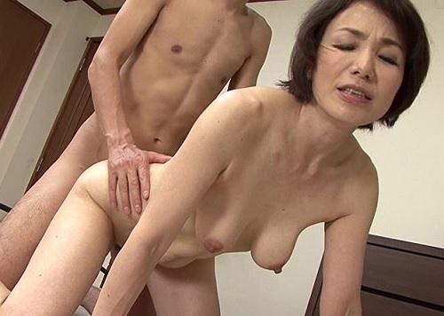 ●【六十路・人妻熟女】「もっと♡もっとぉ♡」浮気相手と電話セックスしてたスレンダー巨乳おっぱいな性欲強い母とセックス!