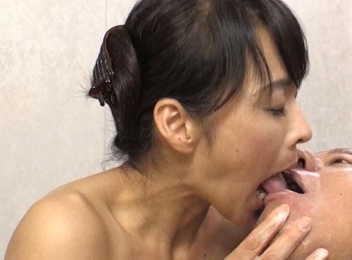 【四十路x人妻熟女】「お願い、慰めて…♡」スレンダー美乳おっぱいの淫乱痴女おばさんが娘婿を誘惑しNTR濃厚セックス!