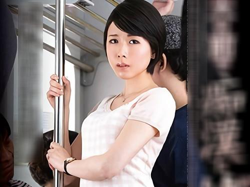 【三十路・人妻熟女】「出ちゃう!出ちゃぅぅ!」電車で痴漢され快楽堕ちした貧乳おっぱいの美人おばさんが電車内で犯される!