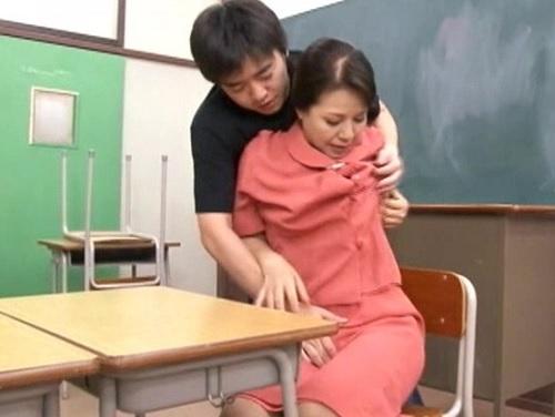 【熟女レイプ】「だ、だめよっ!」定時制学校のおばさん校長が犯される!ぽっちゃりムチムチ巨乳おっぱい熟女に膣内射精!