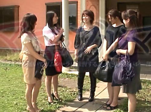 【熟女バレー】「SEXもしたいわねぇ♡」ムチムチ巨乳おっぱいの人妻おばさん達は欲求不満!娘のブルマ履いてチンポに跨るww