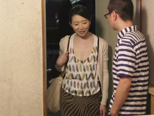 【五十路・人妻熟女】「ちょ、ちょっとやめなさいっ!」家の中だからと油断して胸チラしてる巨乳おっぱいおばさんを襲う!