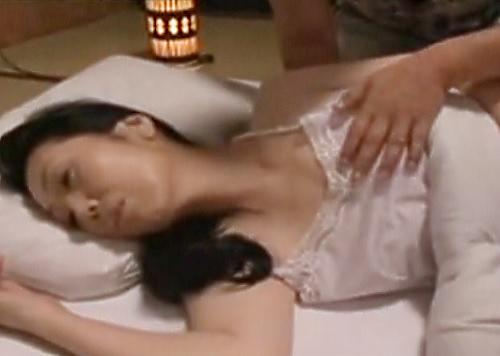 【母子相姦】「んん…きゃっ!」ムチムチ貧乳おっぱいの母に夜這いする!息子に膣内射精されてアクメする人妻熟女おばさん!