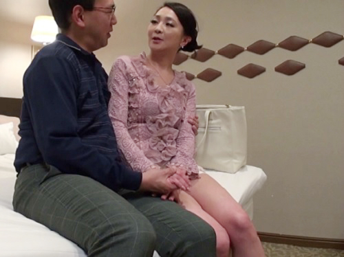 《美熟女デリヘル嬢》「手握るねぇ♡」スレンダー美乳おっぱいの美魔女おばさん!オイル素股で発情したマンコに膣内射精!