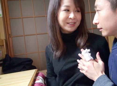 【人妻熟女NTR】「もう歳ですよ・・・♡」孫もいるのにこの美しさwwスレンダー美乳おっぱいの綺麗なおばさんとセックス!