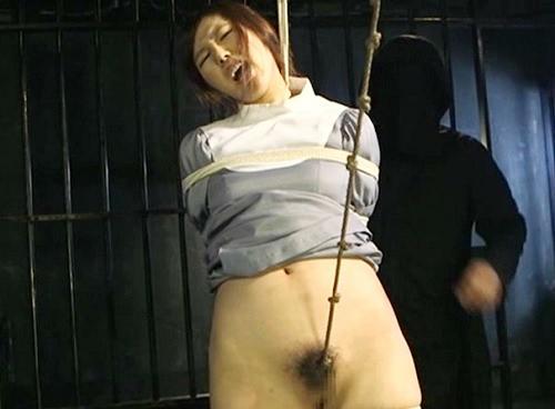 【ヒロイン凌辱レ●プ】「縄がぁ!痛いぃぃ!」監禁されたシスターが犯される!強烈な鞭打ち!荒縄がクリトリスを犯して失禁!
