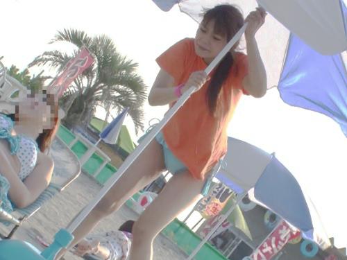 【膣内射精レ●プ】「お願いやめてぇ!」海の家バイトの水着美少女に痴漢し、リモコンバイブを仕込んで遊び、強姦凌辱!