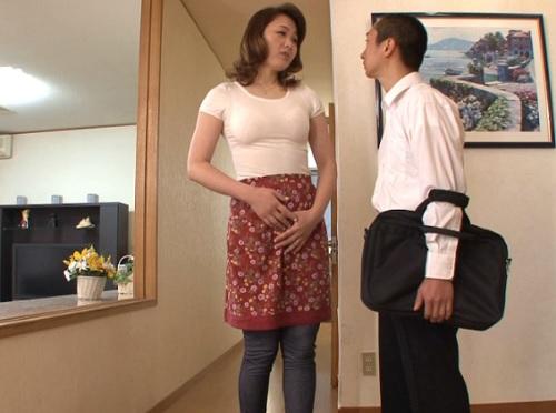 【四十路・人妻熟女】「遅刻するわよぉ♡」長身でスレンダー巨乳おっぱいの美魔女おばさんな母の不倫セックスが息子にバレる!