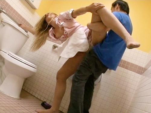 【白人美女x痴漢】「ノー!ノー!」カフェでメイド服姿で働くスレンダー巨乳おっぱいの金髪お姉さんをトイレで犯しちゃう!