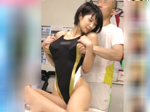 「んん…感じちゃうぅ…ハァン♡」スレンダー巨乳おっぱいの美少女アスリートにセクハラし、競泳水着ずらしハメ!盗撮・隠し撮り