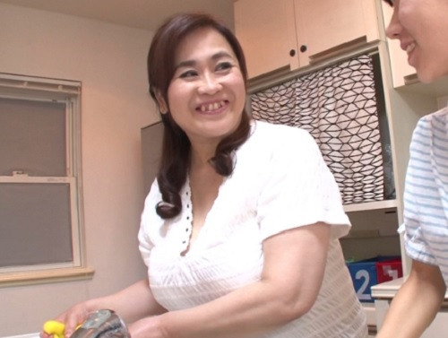 【六十路・人妻熟女】「お、親子なのに…アン♡」未亡人・ご無沙汰なぽっちゃりムチムチ巨乳おっぱいおばさんとNTRセックス!
