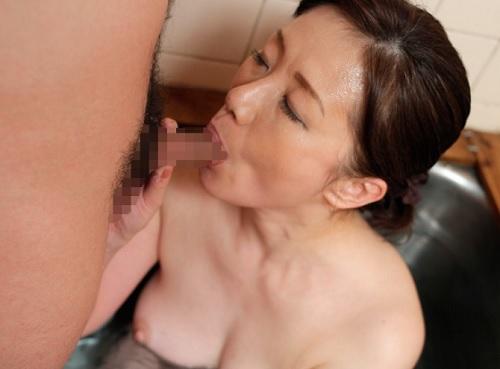 ★50代・人妻熟女★「もぉ♡おばさんでこんなに硬くして♡」帰省した我が子と近親相姦SEXするムチムチ巨乳おっぱいの母!