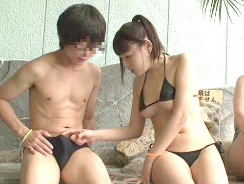 【スパリゾート】「え?ちょっと凄い事になってるよ♡」極小水着で下乳見せて誘惑するムチムチ巨乳おっぱい美少女と抜ける乱交!