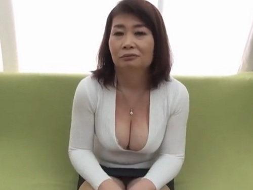 【五十路・人妻熟女】「本当はしたいの…♡」巨乳おっぱいの谷間を見せつけるムチムチおばさんがアクメし膣内射精されるww