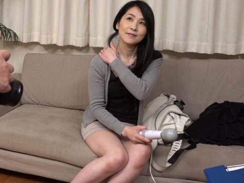 人妻ナンパ「これ使うの?♡」四十路の美乳おっぱい素人熟女おばさんにマッサージ機のモニターと称して膣内射精SEX!