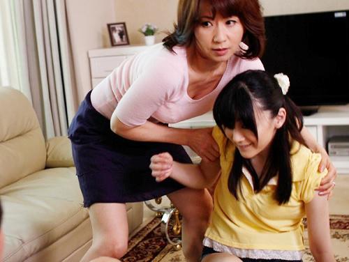 【人妻熟女NTR】「私が変わりになるわ!」連れ子に性処理SEXされた娘の代わりになるスレンダー巨乳おっぱい美魔女おばさん!