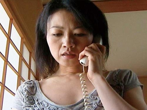 【ヘンリー・塚本】「やりたい…」無言電話してくる隣に住むスレンダー巨乳おっぱいの人妻熟女と不倫NTRセックスしてしまう!