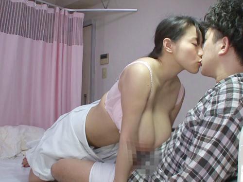 【熟女ナース】「おばさん嬉しいわ…♡♡」実は誘われて嬉しいムチムチ巨乳おっぱいのおばさん看護師が若いチンポに腰掛けるw