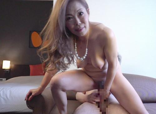 【素人おばさん】「挿れるわよぉ♡♡」スレンダーでクソエロい巨乳おっぱいのイケイケ人妻熟女は欲求不満!膣内射精でアクメ!
