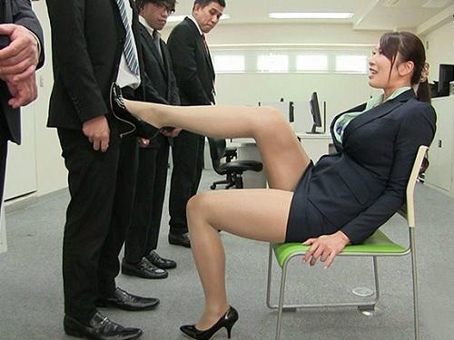 【女社長】「うふふ…♡朝から元気ね♡」スレンダーでIカップ巨乳おっぱいのクソエロなスーツ美女が部下のチンポをもてあそぶ!