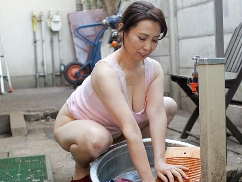 【五十路・人妻熟女】「早く洗濯機買わないとね♡」ムチムチ巨乳おっぱいのおばさんな母の豊満ボディに興奮した息子と近親相姦!