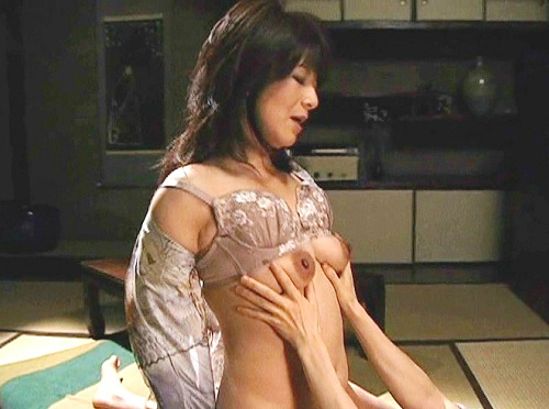 【人妻熟女】「いいわっ♡いいのぉぉ♡」ムチムチ巨乳おっぱいのおばさんが、内縁の夫の息子とNTRセックスに及んでしまう!!