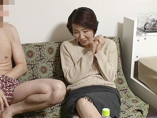 【五十路・人妻熟女】「恥ずかしいわ…♡」六十路が近い、しおれたボディ、垂れ乳おっぱいおばさんの閉経マンコに膣内射精するw