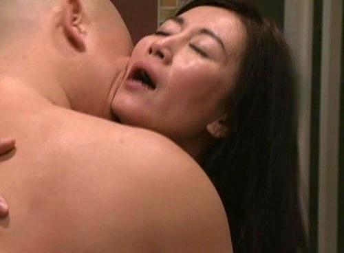 【ヘンリー・塚本】「良いわっ♡つよく、つよく抱いてぇぇぇ♡」スレンダー美乳おっぱい人妻熟女おばさんのラブホ不倫セックス!