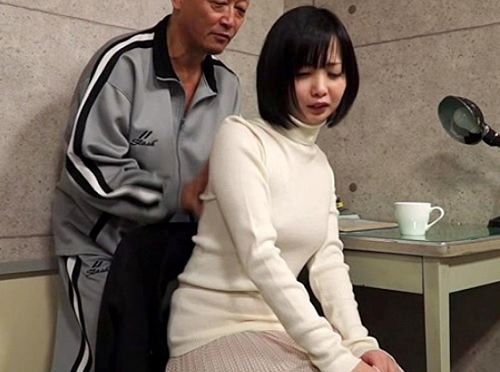 【ヘンリー・塚本】「や、やめて!」スレンダー美乳おっぱい女教師が熟女おばさん先生が生徒とシているのを目撃し自分も襲われる