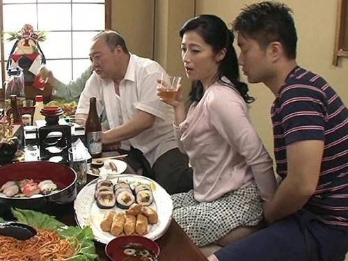 《人妻熟女スワップ》「今日はダメよ…♡」親戚の宴会中に、以前から関係を持っていた2組の親戚が発情し、乱交セックスに発展