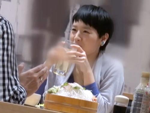 素人ナンパ「うふふ♡」居酒屋で飲んでるカップルに近づき、すきを狙って彼女を誘い、ボーイッシュな美女をホテルに連れ込む!w