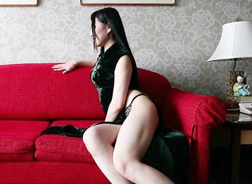 【若妻NTR】「興奮する?♡」黒パンストとチャイナドレス、スレンダー巨乳おっぱい&美脚の美人人妻がオヤジと濃密セックス!