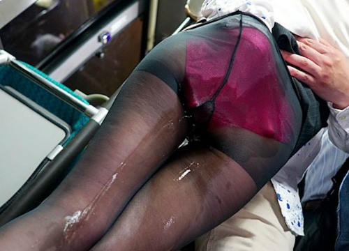 【バス痴カン】(だめぇぇ♡)仕事帰りに座席で居眠りしてるスレンダー巨乳おっぱいOLがイタズラされてイキ潮お漏らしアクメw