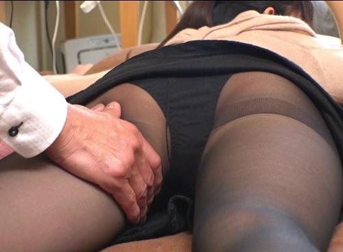 【若妻ナンパxマッサージ】(うぅ♡感じちゃうぅ♡)スレンダー美乳おっぱいに黒パンスト美脚の人妻が寝バックでアクメ!