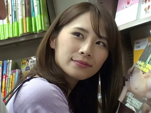 【本屋・逆痴カン】「エッチなの見てるの?♡」書店で、パンチラしエロ本見せつけてくる美人若妻に誘惑され店内でこっそりH!