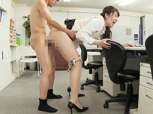 【セクハラ】「あんあん♡気持ちぃ♡」ムチムチ巨乳おっぱいのOLお姉さんと社内SEXしたり乱交プレイ!【若月みいな】