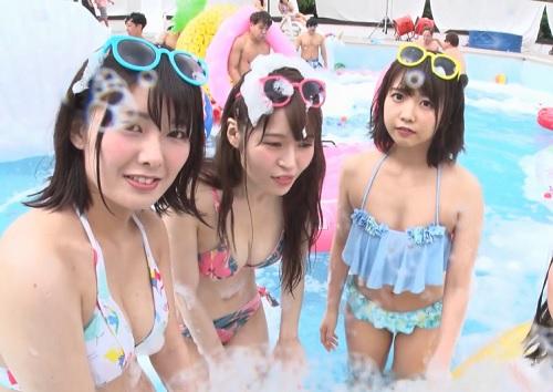 【美少女乱交】「えへへ♡楽しぃ♡」敏感泡で徐々に発情していく巨乳おっぱい美女たち!プールで乱痴気騒ぎで盛り上がる美女w