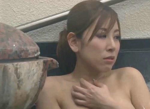 【NTR】(彼より大きいかも…♡)混浴でカップル彼女にオナニーを見せつけ、スレンダー巨乳おっぱい美女を寝取っちゃうww