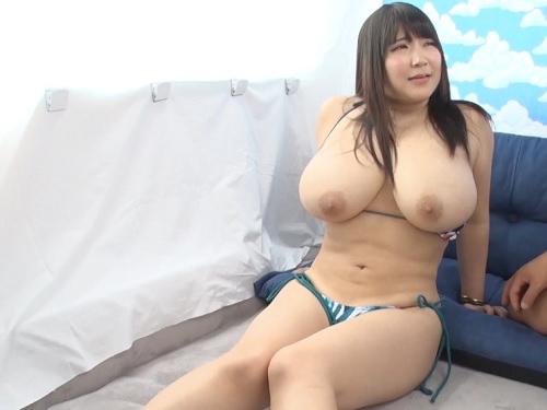素人ナンパ「興奮する?♡♡」海でナンパした超乳・巨乳おっぱいの淫乱お姉さんに童貞のオナニーの手伝いさせて膣内射精するw