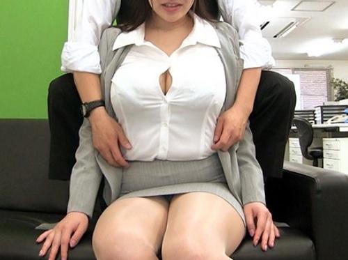 【セクハラ】「だ、だめ…そこ弱いぃ♡♡」ムチムチ巨乳おっぱいのOLお姉さんと社内SEXしたり乱交プレイ!【若月みいな】