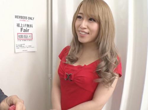 【金髪ギャル店員】「やばっ♡チンポでかくなぁい?♡♡」試着室でスレンダー巨乳おっぱい女に巨根見せつけたら優しくなって…w