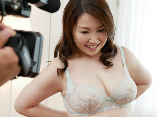 《三十路・人妻熟女》「興奮しますっ♡」ムチムチ巨乳おっぱいのセンビレ関連会社の社員おばさんが初撮りデビュー《皆本梨香》