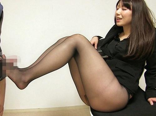 【三十路熟女】「ちんぽバキバキじゃない♡」」ムチムチ太ももがエロい、綺麗なおばさんの黒パンスト美脚やマンコに擦り付けるw