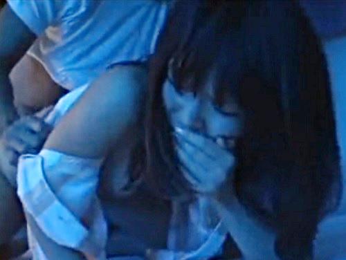 【夜這い】「んんー!何するの!だめぇ!」同僚の家にいた、姉妹に夜這いwwスレンダー美乳おっぱい美少女が声我慢&イキ潮!