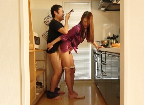 【彼女の巨乳母】「挿れる?いいよ♡」スレンダー超乳おっぱい人妻熟女にトイレでフェラさせたり勃起したらすぐ挿入するNTR!